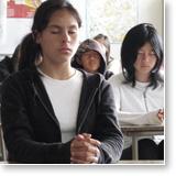 Alumnos meditando en sus esculeas